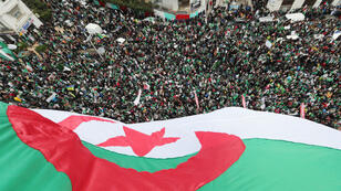 Una multitud protesta contra el presidente argelino, Abdelaziz Bouterfika, en Argel. 22 de marzo de 2019.