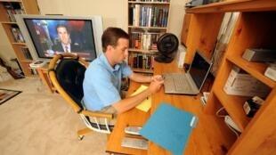 Las malas posturas durante el teletrabajo o los espacios de trabajo poco adecuados son las causas de los dolores de espalda.