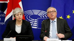 La primera ministra británica, Theresa May, y el presidente de la Comisión Europea, Jean-Claude Juncker, en una conferencia de prensa en Estrasburgo, Francia, el 11 de marzo de 2019.