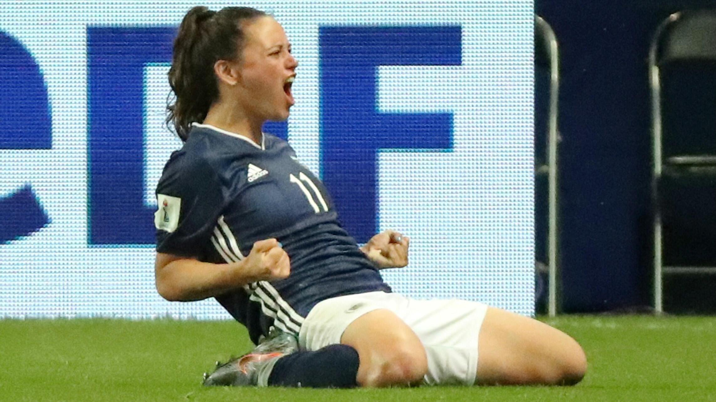 Florencia Bonsegundo celebra tras marcar el tercer gol de Argentina en el 3-3 ante Escocia en el estadio Parque de los Príncipes de París, el 19 de junio de 2019.