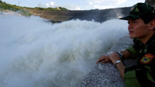 Un soldado observa cómo la represa hidroeléctrica de Hoa Binh abre sus puertas luego de las fuertes lluvias provocadas por una depresión tropical en la provincia de Hoa Binh, el 12 de octubre de 2017.
