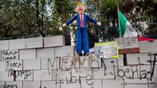 Des manifestants protestent contre la volonté de Donald Trump d'ériger un mur à la frontière mexicaine, le 20 janvier à Washington.