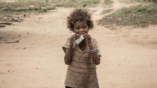 Une petite fille mange un complément alimentaire distribué par Action contre la faim, à Ifotaka (Madagascar), en décembre2018.