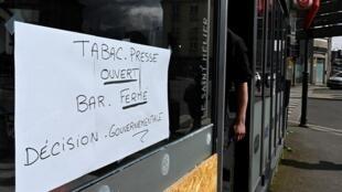 Sur la vitrine d'un bureau de tabac à Rennes, le 16 mars 2020