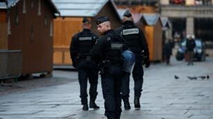 رجال شرطة في سوق عيد الميلاد المغلق بستراسبورغ بعد الاعتداء 12 كانون الأول/ديسمبر 2018