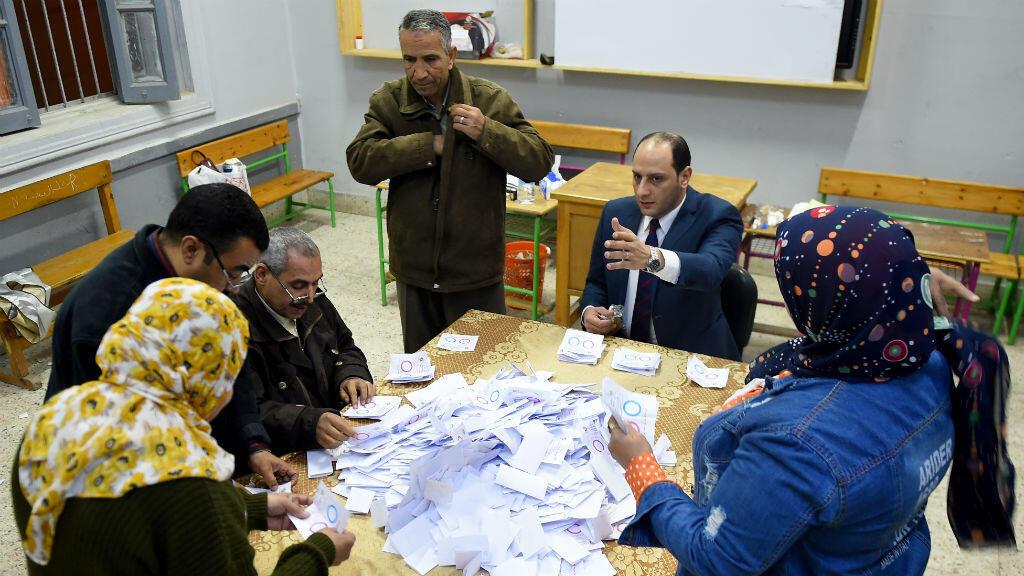 Los funcionarios egipcios cuentan las boletas electorales en la aldea de Shebin El Kom, en la provincia de Menoufia, el 22 de abril de 2019.