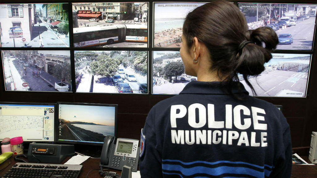 Une femme se recueille sur les lieux de l'attentat à Nice.