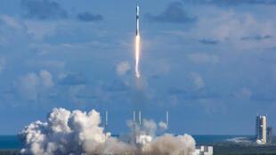 """صوة وزعتها دائرة برنامج المشتريات الدفاعية بوزارة الدفاع الكورية الجنوبية في 21 تموز/يوليو 2020، تظهر إطلاق القمر الصناعي الكوري الجنوبي """"أناسيس 2"""" من مركز كاب كانافيرال في ولاية فلوريدا الأميركية"""