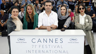 Las actrices y el director de fotografía del film '3 faces' posan frente a las cámaras el 13 de mayo de 2018 durante el 71 Festival de Cine de Cannes.