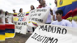 Venezolanos que viven en Brasil participan en una protesta contra el presidente venezolano Nicolás Maduro, que está comenzando su segundo mandato, frente al Palacio Itamaraty en Brasilia, Brasil, el 10 de enero de 2019.