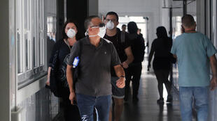 Lugareños usan máscaras dentro del hospital regional de Talca después de que se confirmara el primer caso de coronavirus en Chile, el 3 de marzo de 2020.