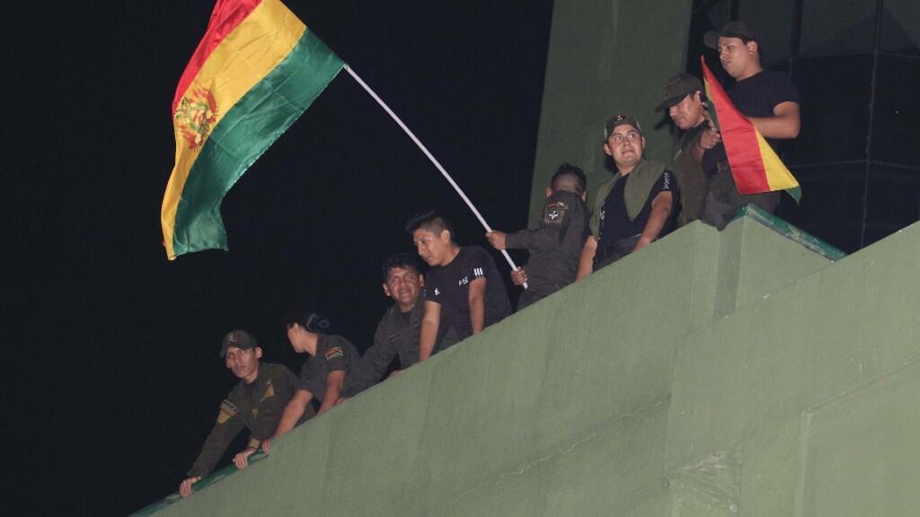 """El comandante general de la Policía Boliviana, Yuri Calderón, aseguró este viernes que los policías no están amotinados sino acuartelados, aunque en algunas comisarías aparecieron carteles con palabras como """"motín policial"""".el 8 de noviembre del 2019."""