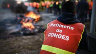 Des grévistes de la raffinerie de Donges, non loin de Saint-Nazaire, le 24 mai 2016.