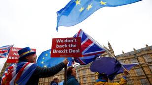 Manifestantes protestan contra el Brexit afuera del Parlamento en Londres, Gran Bretaña, el 28 de noviembre de 2018.