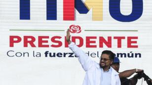 """El líder de las FARC, Luciano Marín Arango, también conocido como """"Iván Márquez"""", saluda a los partidarios durante el lanzamiento de la campaña política para el presidente de su compañero Rodrigo Londoño Echeverri, conocido como """"Timochenko"""", en el barrio de Ciudad Bolívar, al sur de Bogotá, Colombia, el 27 de enero. 2018."""