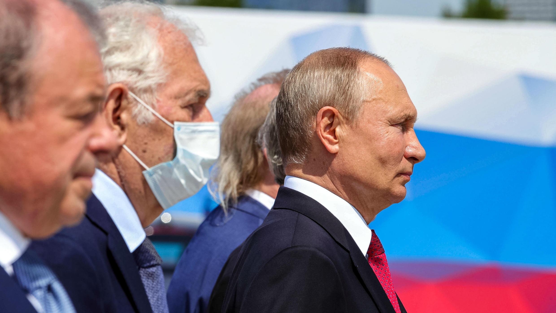 El presidente ruso Vladimir Putin participa en la ceremonia de presentación de las medallas de oro del héroe ruso del trabajo, en la Colina Poklonnaya, mientras la nación celebra el Día de Rusia, en Moscú, el 12 de junio de 2020.