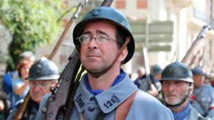 Un reconstitueur présent le 25 août 2018 à Verdun, habillé en soldat de l'armée française.