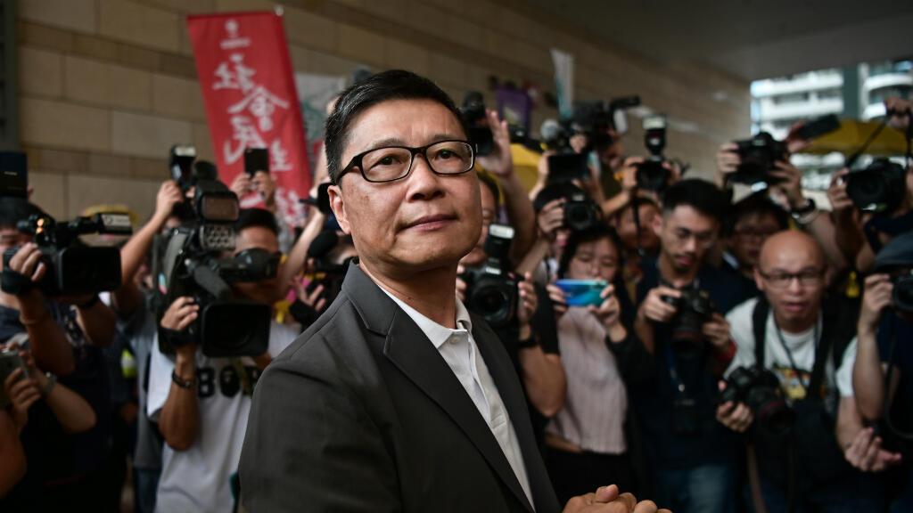 El profesor de sociología Chan Kin-man, rodeado de los medios de comunicación cuando llega fuera del Tribunal de Magistrados de West Kowloon en Hong Kong, China, el 24 de abril de 2019.