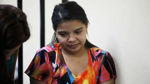 Imelda Cortez espera una audiencia bajo cargos de intento de asesinato agravado, ya que supuestamente intentó intencionalmente provocar un aborto en Usulután, El Salvador, 17 de diciembre de 2018.