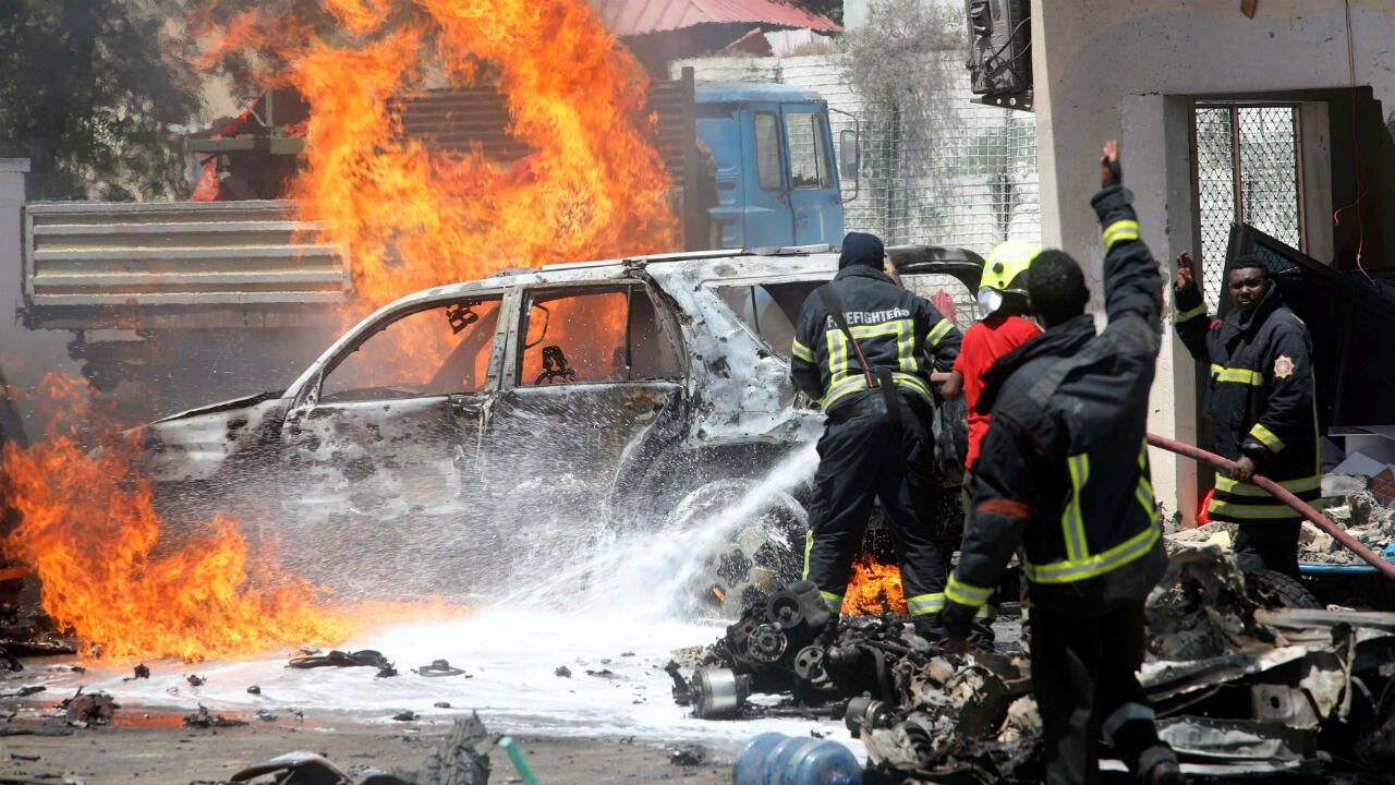 Bomberos de la ciudad trabajan para atender las llamas provocadas por la explosión de un carro bomba en la ciudad de Mogadiscio, capital de Somalia el 29 de enero de 2019