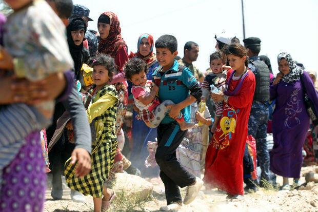 Des familles irakiennes dans le village al-Sejar après avoir fui, vendredi 27 mai, Fallujah.