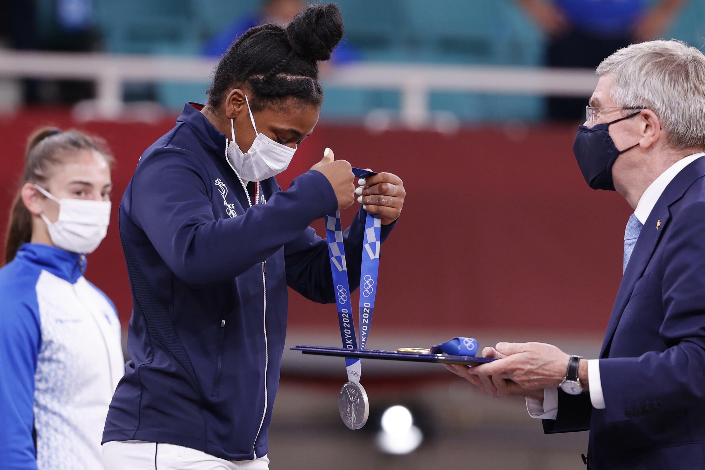 La judoka Sarah-Léonie Cysique reçoit sa médaille d'argent en -57 kg des mains du président du CIO Thomas Bach aux Jeux de Tokyo, le 26 juillet 2021