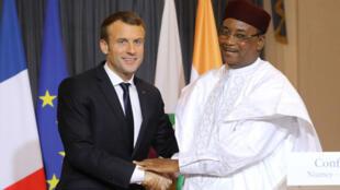 Emmanuel Macron aux côtés du présdent nigérien, Mahamadou Issoufou, lors d'une conférence de presse, le 23 décembre 2017, à Niamey.