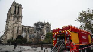 Les pompiers sont finalement venus à bout de l'incendie qui a dévasté une partie de Notre-Dame de Paris, mardi 16 avril 2019.