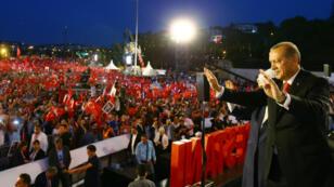 Le président turc, Recep Tayyip Erdogan, arrive devant la foule assemblée près du pont du Bosphore, le 15 juillet 2017 à Istanbul.