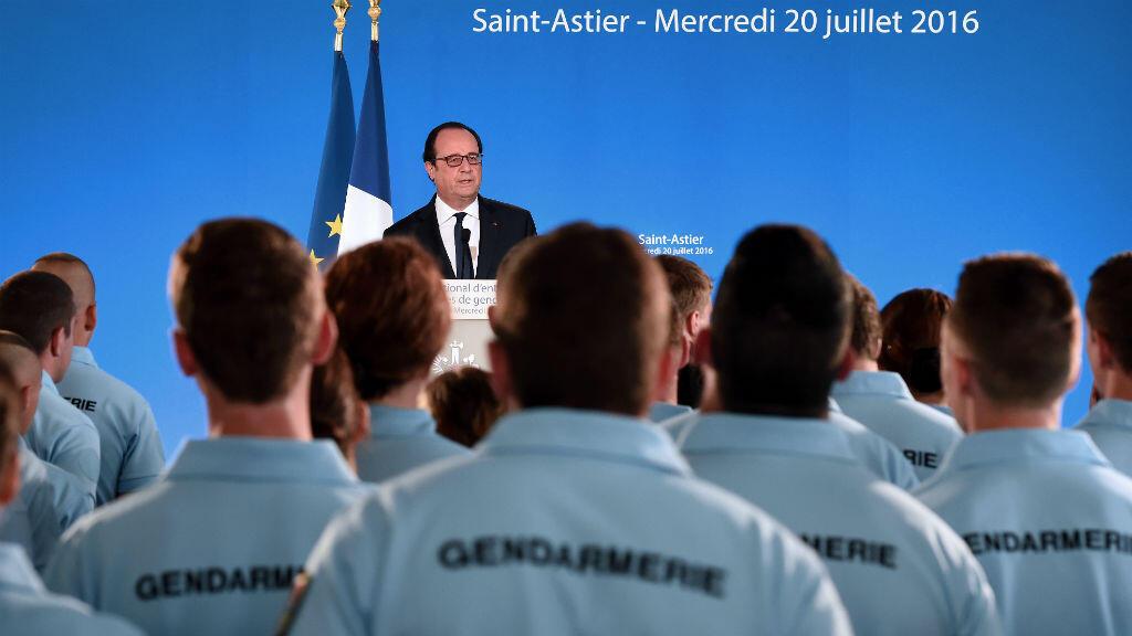 François Hollande devant les forces de gendarmerie, le 20 juillet à Saint-Astier.
