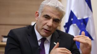 زعيم المعارضة الإسرائيلية يائير لابيد خلال مقابلة مع وكالة فرانس برس في مكتبه في البرلمان الإسرائيلي (الكنيست) في القدس في 15 أيلول/سبتمبر 2020