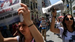 Des personnes manifestent le 25 juin 2016 à Istanbul pour la liberté de la presse en Turquie. Le pays occupe la 155e place sur 180 au classement mondial 2017 de la liberté de la presse de RSF.