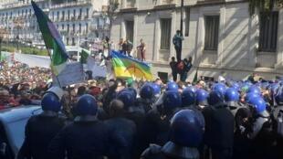 الشرطة تحاول منع متظاهرين من الوصول إلى مبنى الحكومة بالعاصمة الجزائرية 29 مارس/آذار 2019