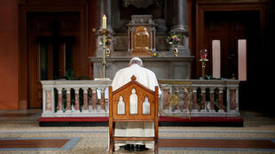 El papa Francisco reza frente a una vela encendida para recordar a las víctimas de abuso por parte de la iglesia, dentro de la Catedral Santa de St Mary durante su visita a Dublín, Irlanda, el 25 de agosto de 2018.