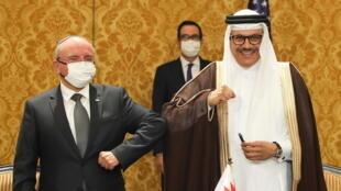 وزير الخارجية البحريني عبد اللطيف الزياني (يمين) ومئير بن شبات مستشار الأمن القومي ورئيس الوفد الإسرائيلي (يسار) بعد توقيع البيان المشترك. 18/10/2020