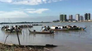Des bateaux de pêche de Cambodgiens de l'ethnie cham sur les berges du Mékong, dans la province de Kandal.
