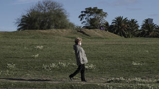 Una mujer camina en Montevideo, el 14 de mayo de 2020, en medio de la pandemia de coronavirus