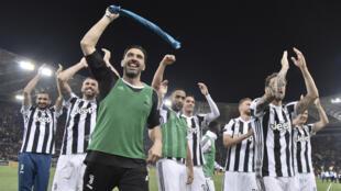 Gigi Buffon et ses coéquipiers fêtent leur nouveau titre sur la pelouse de l'Olimpico à Rome.