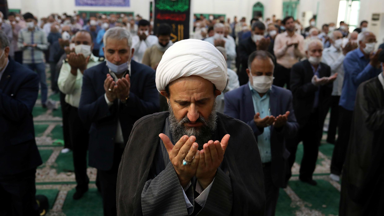 Fieles iraníes asisten a las oraciones del viernes en la mezquita Qarchak Jamee, mientras mantienen el distanciamiento social, luego del brote de la enfermedad por coronavirus, en la provincia de Teherán, en Qarchak, Irán, el 12 de junio de 2020.