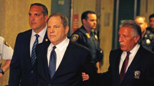 El productor de cine, Harvey Weinstein, camina esposado hacia una audiencia en la Corte Criminal de Manhattan en Nueva York, Estados Unidos, el 9 de julio de 2018.