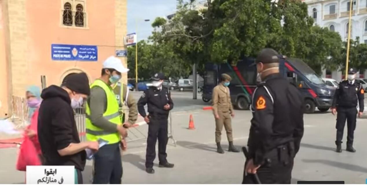 الأمن المغربي يسهر على احترام المواطنين لإجارات العزل الصحي لمجابهة تفشي فيروس كورونا.