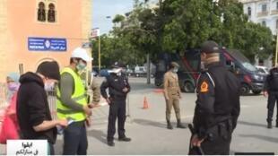 الأمن المغربي يراقب احترام المواطنين لإجراءات العزل الصحي لمجابهة تفشي فيروس كورونا.
