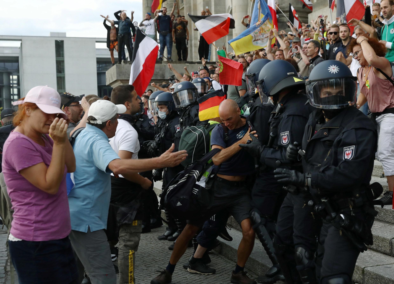 La police allemande interrompt une manifestation à Berlin de milliers de personnes opposées aux restrictions liées à la pandémie et au port du masque, samedi 29 août.