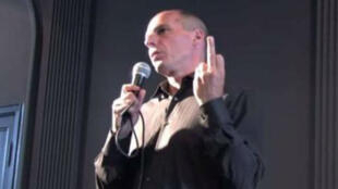 Le ministre grec des Finances, Yanis Varoufakis, est accusé d'avoir fait un doigt d'honneur à l'Allemagne en 2013. À tort ?