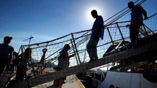 Los migrantes rescatados por el barco de la organización Proactiva Open Arms en el Mediterráneo central, llegaron al puerto de Algeciras en España, el 9 de agosto de 2018.