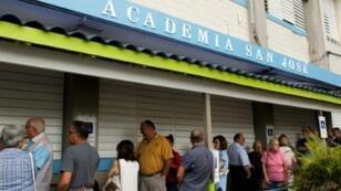 طابور من السكان الذين ينتظرون الإدلاء بأصواتهم في الاستفتاء حول أن تصبح بويرتو ريكو ولاية أمريكية في 11 حزيران/يوينو 2017