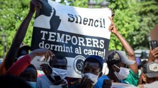 Imagen sin fecha cedida por la plataforma Fruita amb Justicia social que muestra una protesta de trabajadores agrarios en Lleida, Cataluña, España.