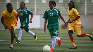 Les joueuses du club de Tahadi (en vert) ont affronté Difaa en championnat de ligue de football féminine à Khartoum, le 30 septembre 2019.