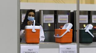 ممرضة تحضر لقاحا لفيروس كورونا المستجد في المنامة في 27 آب/أغسطس 2020
