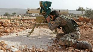 Un membre des forces rebelles syriennes soutenues par la Turquie, près de Qilah, dans la région d'Afrin, le 22 janvier 2018.